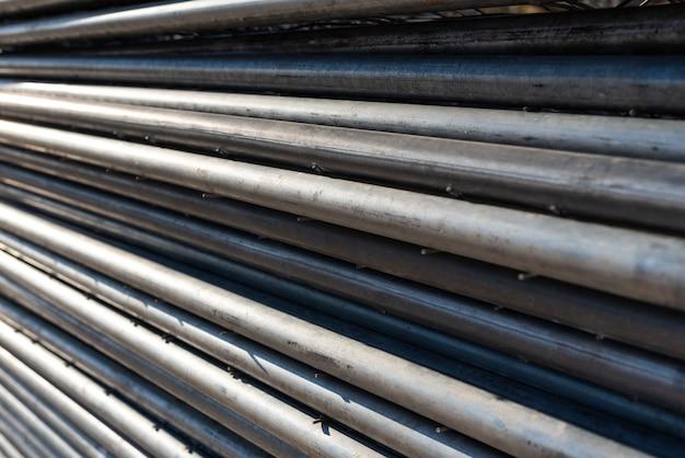 Pile de tuyaux en acier pour la construction d'échafaudages.