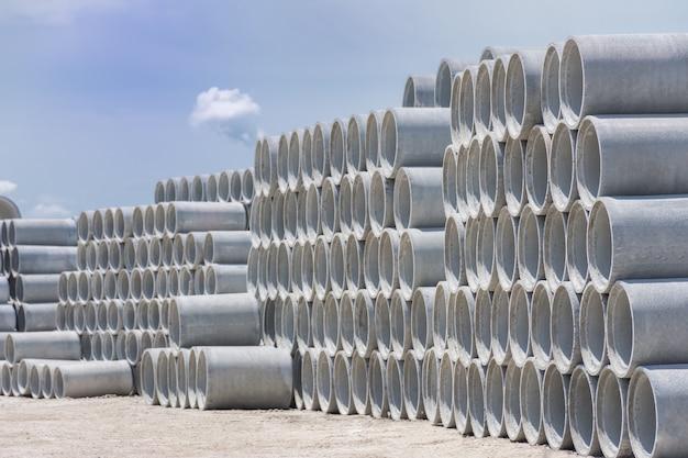 Pile de tuyaux de drainage en béton pour puits et rejets d'eau à ciel bleu