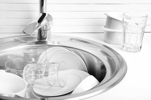 Pile de vaisselle en gros plan de l'évier