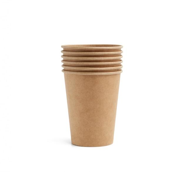 Pile de verres en papier brun pour les boissons chaudes à emporter