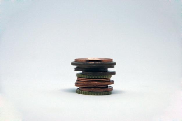 Pile verticale de pièces sur un fond clair