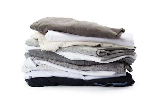 Pile de vêtements sur blanc, gros plan