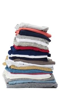 Pile de vêtements sur blanc