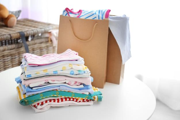 Pile de vêtements pour bébé, gros plan