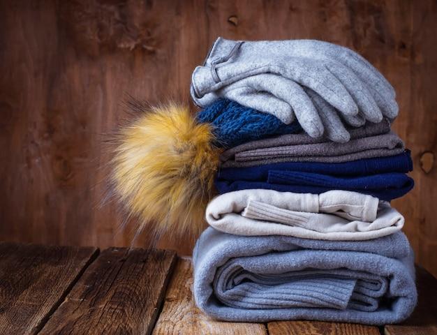Pile de vêtements tricotés chauds