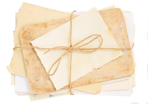 Pile de vieux courrier isolé sur fond blanc