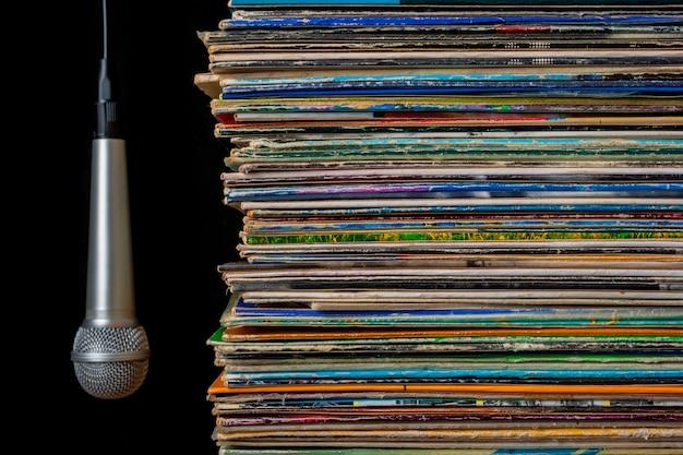 Une pile de vieux disques et un microphone suspendu