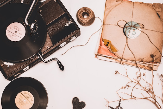 Pile de vieux disques vinyle poussiéreux attachés avec une corde