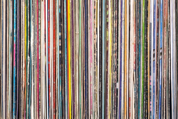 Pile de vieux disques vinyle.