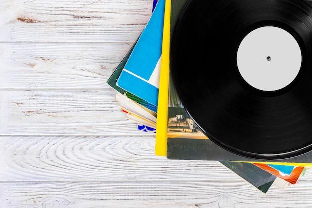 Pile de vieux disques vinyles sur bois