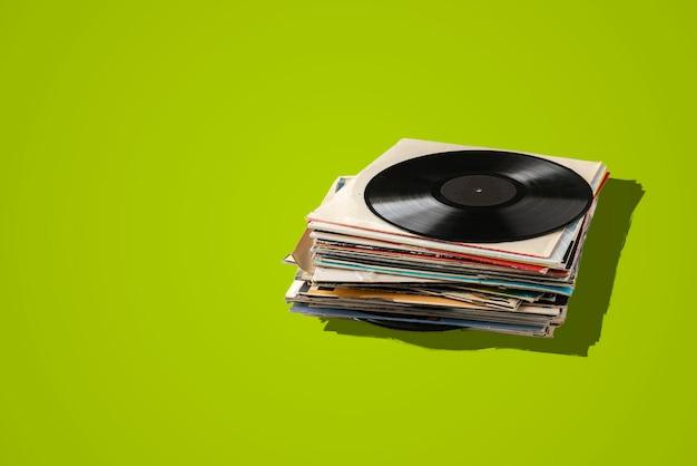 Une Pile De Vieux Disques Vinyles, Une Collection De Musique Rétro Abstraite Des Années 80, Des Sons Disco Jazz Blues Photo Premium