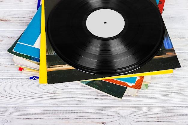 Pile de vieux disques vinyles