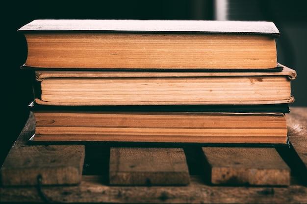 Pile de vieux livres anciens vintage