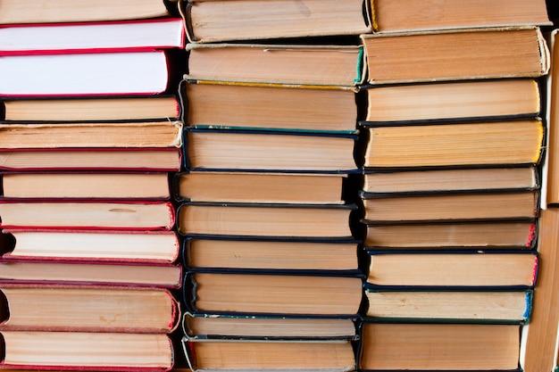 Une pile de vieux livres compilés en position verticale