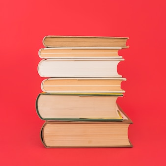 Pile de vieux livres à couverture rigide