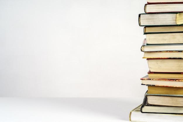Pile de vieux livres sur fond blanc