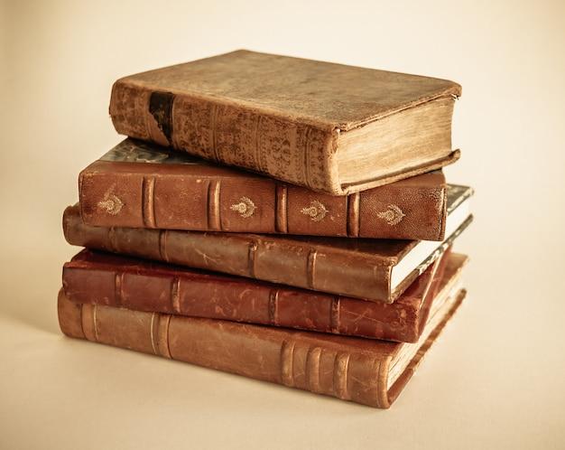 Pile de vieux livres isolé sur fond beige