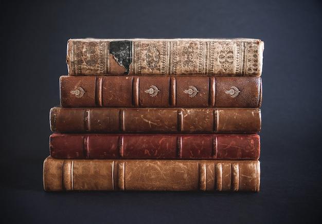 Pile de vieux livres isolé sur fond noir
