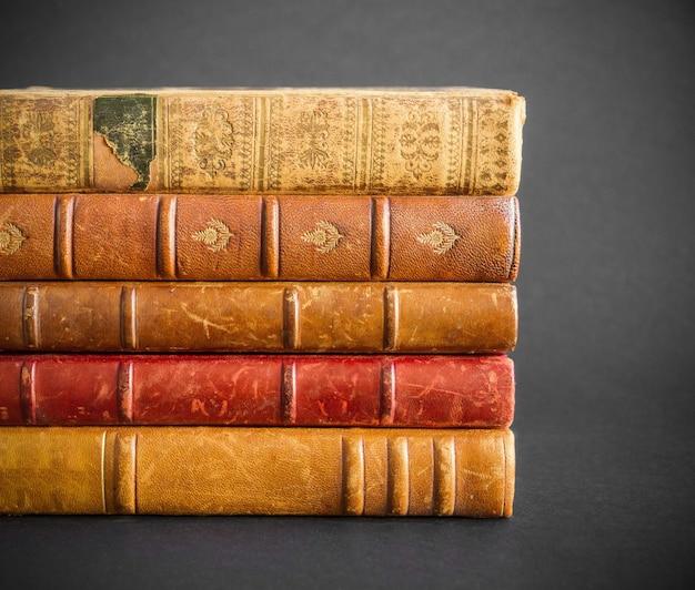 Pile de vieux livres isolés sur fond sombre