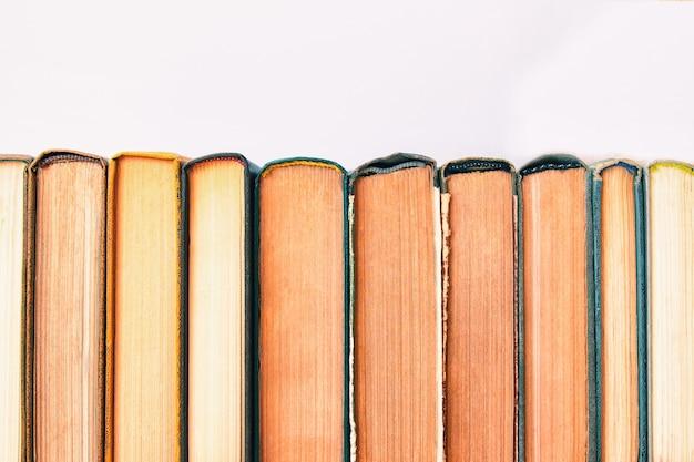 Pile de vieux livres d'occasion pile de vieux livres cartonnés vintage retour à l'espace de copie de l'école