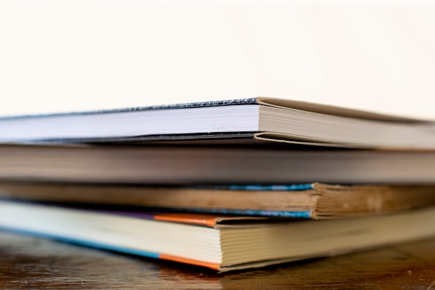Pile de vieux livres sur la table avec un espace réservé au texte