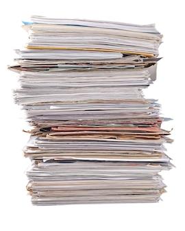 Pile de vieux magazines sur fond blanc