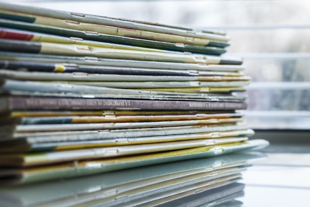 Pile de vieux magazines, vue rapprochée