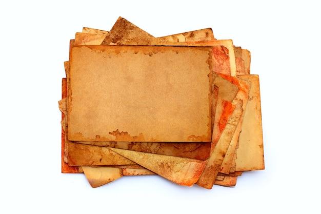 Pile de vieux papiers isolés.