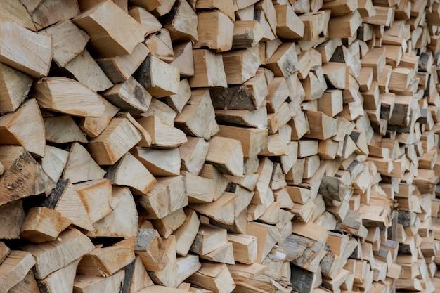 Des piles de bois de chauffage. préparation du bois de chauffage pour l'hiver. pile de bois de chauffage. fond de bois de chauffage