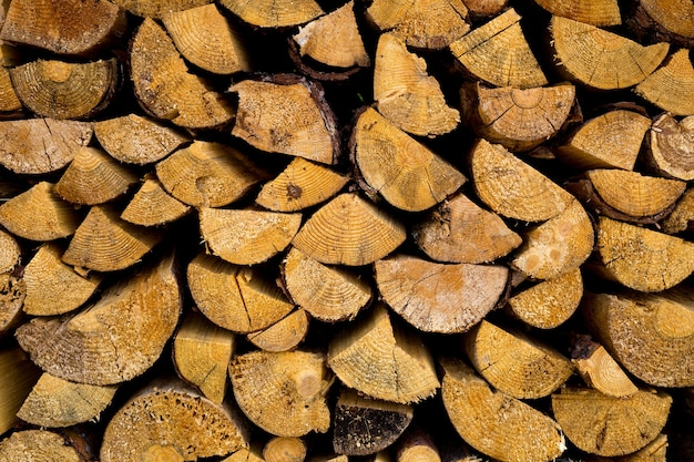 Des piles de bois de chauffage. préparation du bois de chauffage pour l'hiver. tas de bois de chauffage fond de bois de chauffage.