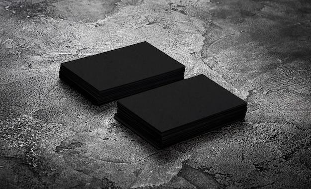Des piles de cartes de visite noires.