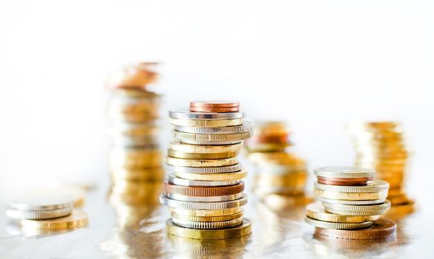 Des piles de différentes pièces. or et argent bouchent les pièces.