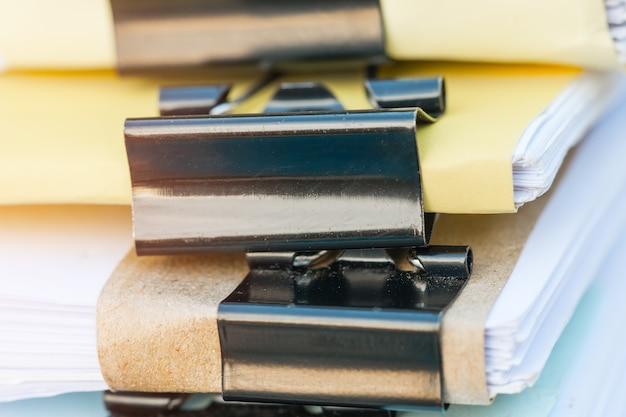 Piles de dossiers de documents pour le financement du travail de bureau.