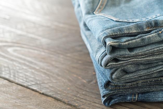 Piles de jeans sur le bois