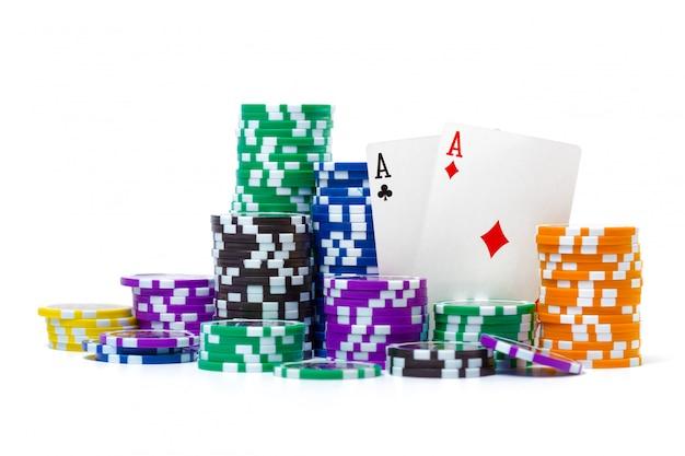 Piles de jetons de poker isolés sur blanc