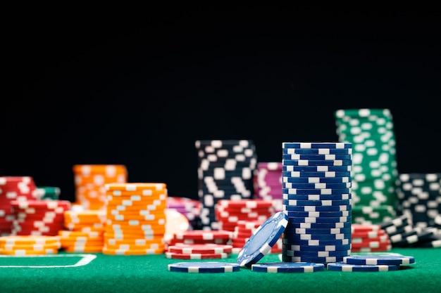 Des piles de jetons sur la table de casino