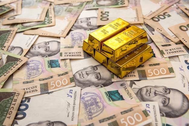 Des piles de lingots d'or sur l'ukraine moneu uah. vue de dessus.