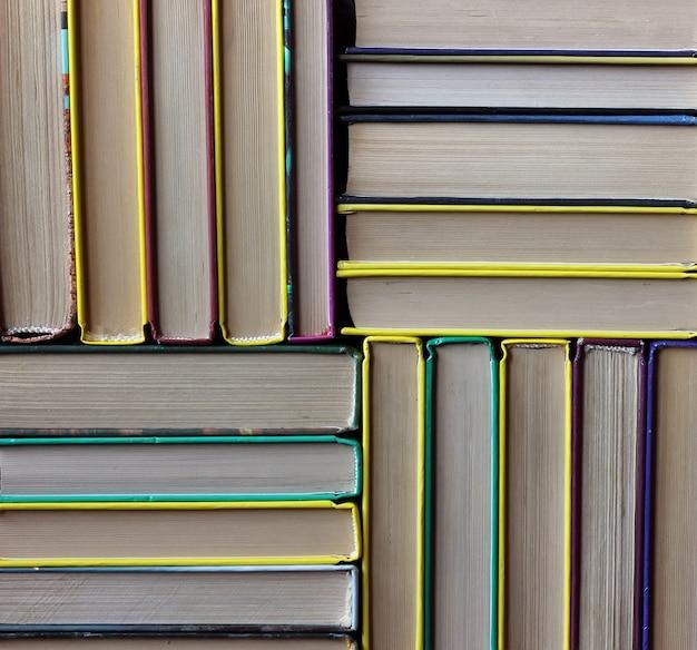 Les piles de livres sur l'étagère agrandi. bibliothèque. retour à l'école.