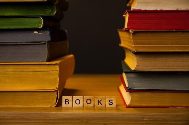 Des piles de livres sur une table dans une bibliothèque