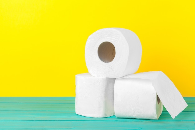Piles de papier toilette jaune vif