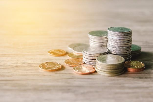 Des piles de pièces d'argent sur un bureau en bois concept financier