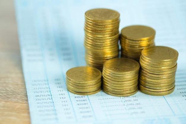 Piles de pièces et livre de comptes