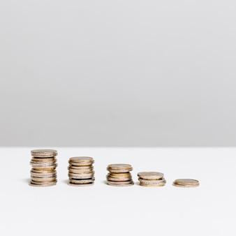 Des piles de pièces de monnaie en ordre décroissant