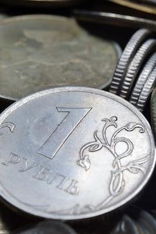 Des piles de pièces de monnaie en roubles russes ont été prises en gros plan. macro.