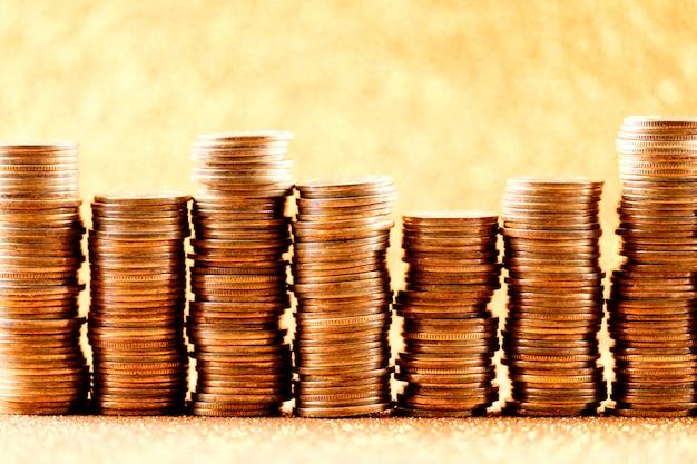 Des piles de pièces d'or disposées sous forme de graphique