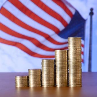 Des piles de pièces d'or disposées sous forme de graphique.