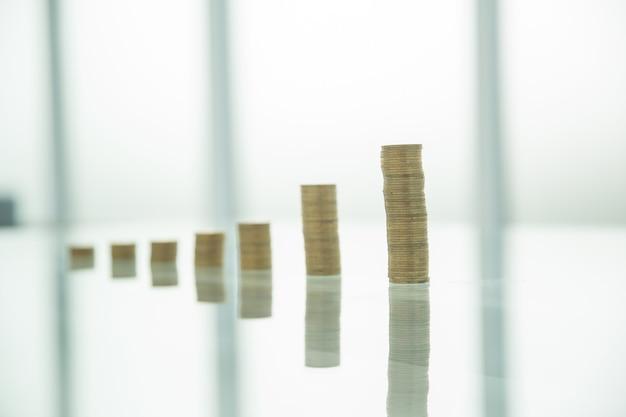 Des piles de pièces d'or sur une table en verre. la notion d'investissement