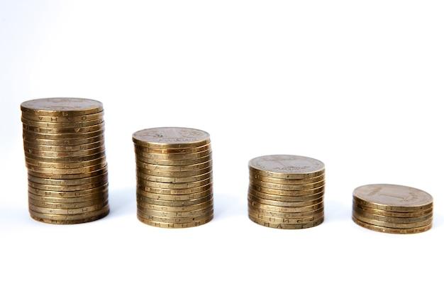 Piles de pièces de plus en plus sur blanc