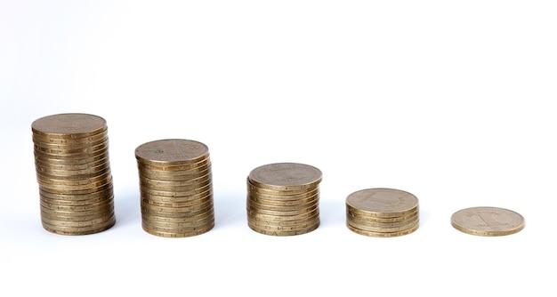 Piles de pièces de plus en plus sur fond blanc. croissance financière, économie d'argent, richesse du financement des entreprises et concept de réussite.