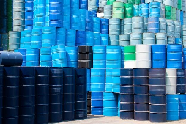 Piles de réservoirs d'huile bleue